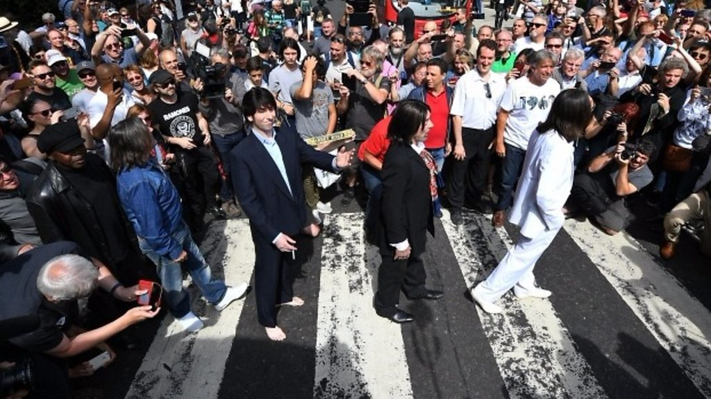 BBC News - Beatles' Abbey Road at 50: Fans celebrate at zebra crossing