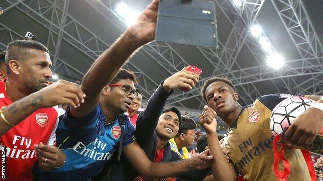 Akpom sa saigračima u dresu Arsenala