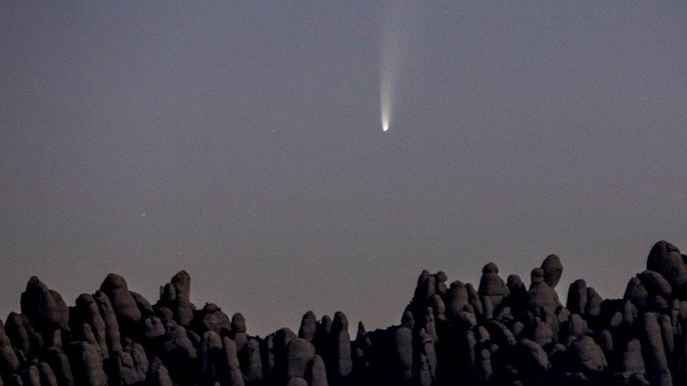 Komet dipotret di atas pegubnungan Montserrat in Spain pada tanggal 9 Juli.