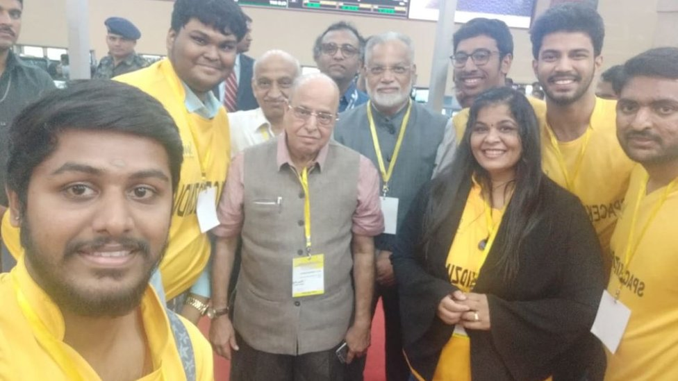 Tim berfoto dengan ilmuwan India