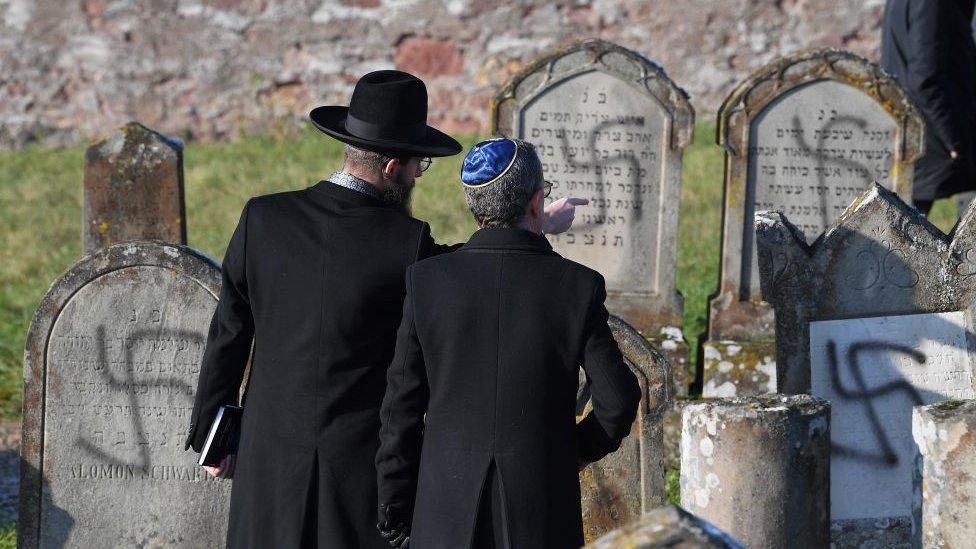 Esvásticas en un cementerio judío.