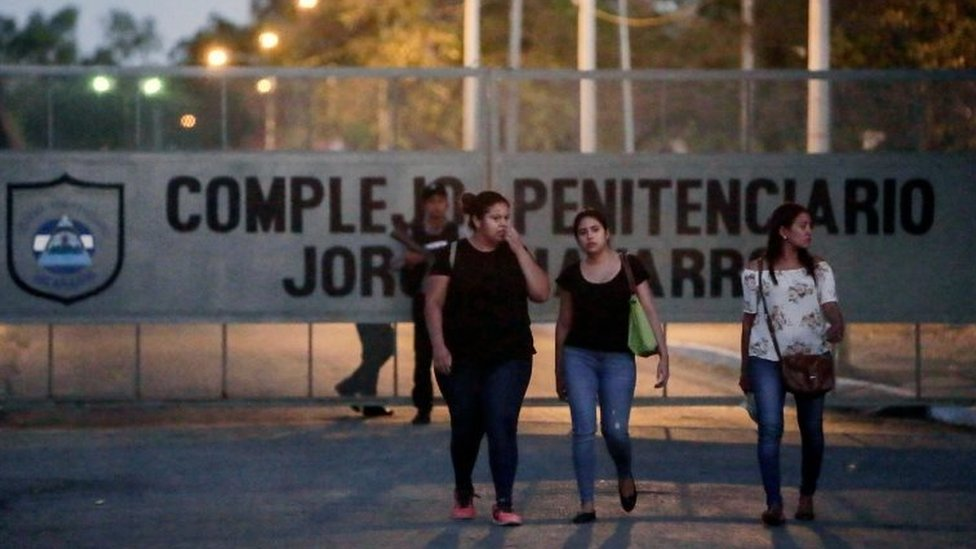 Mujeres frente a una cárcel en Nicaragua
