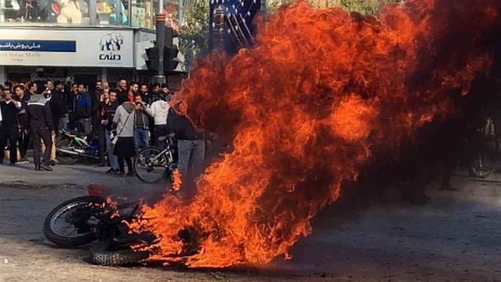 Правозащитники: в протестах в Иране погибли сотни человек