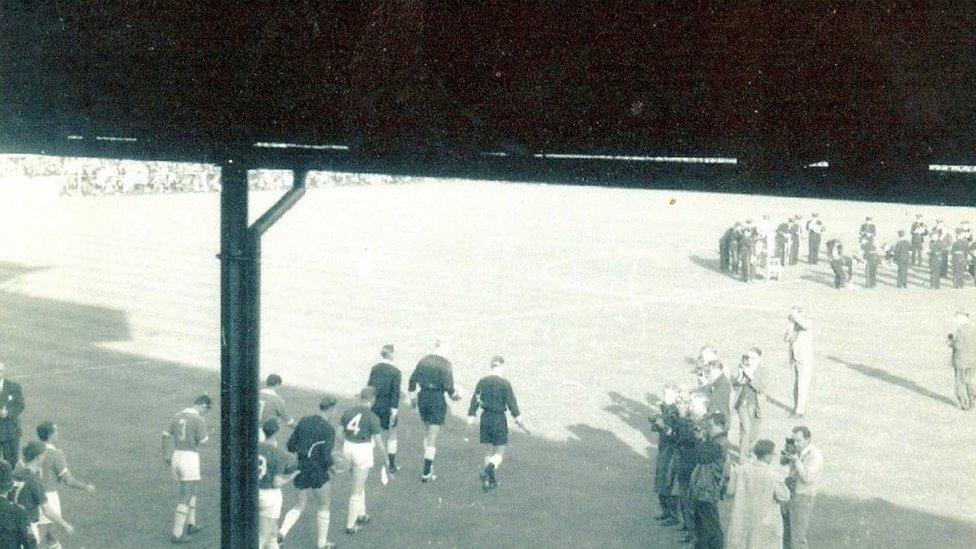 Roedd Ffordd Farrar yn orlawn ar y 5ed o Fedi 1962 ar gyfer ymweliad AC Napoli yng nghymal 1af, rownd 1af Cwpan Enillwyr Cwpanau Ewrop