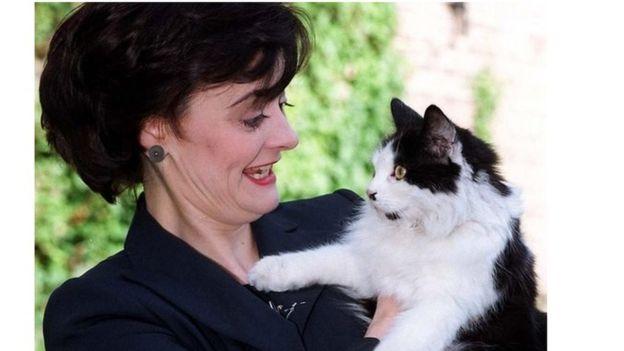 شيري بلير تحمل القط هامفري