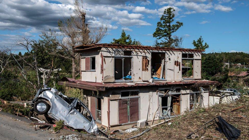 منزل وسيارة مدمرة