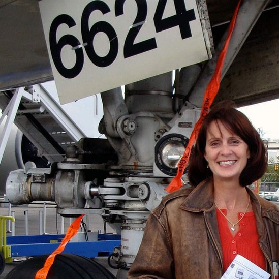 Karlene Petitt debajo de un avión