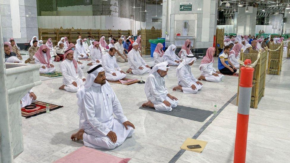 Rezo en la Gran Mezquita de La Meca, Arabia Saudita