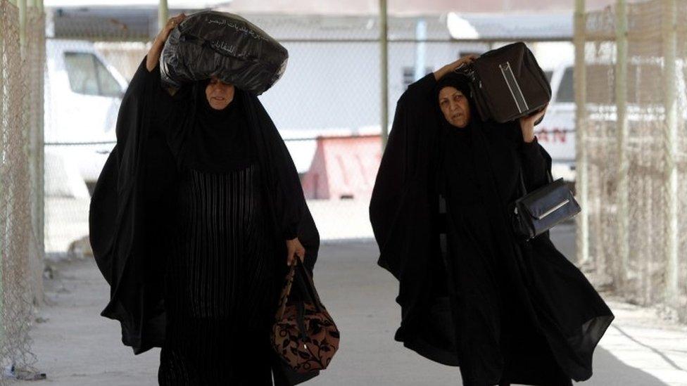 Iranian Shia pilgrims arriving at Shalamcheh border crossing near Basra city, on their way to the holy city of Karbala, southern Iraq (10 September 2016)