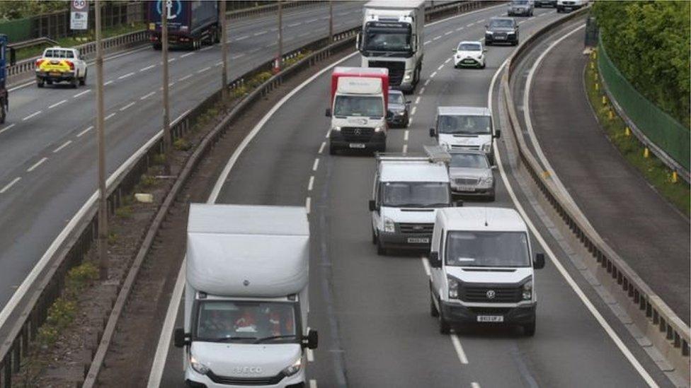 سيارات تسير على طريق سريع في انجلترا.