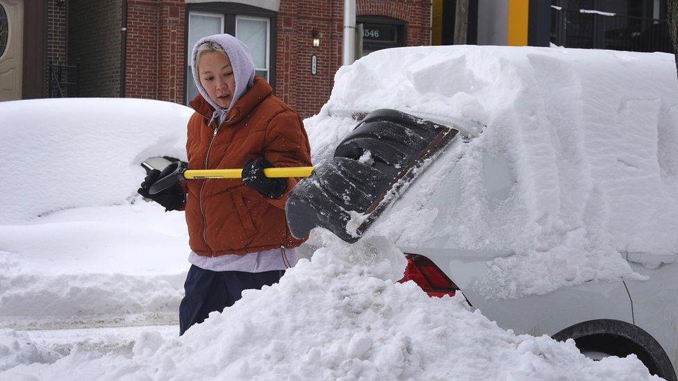 Imagen que muestra a una mujer en Chicago desenterrando su auto.