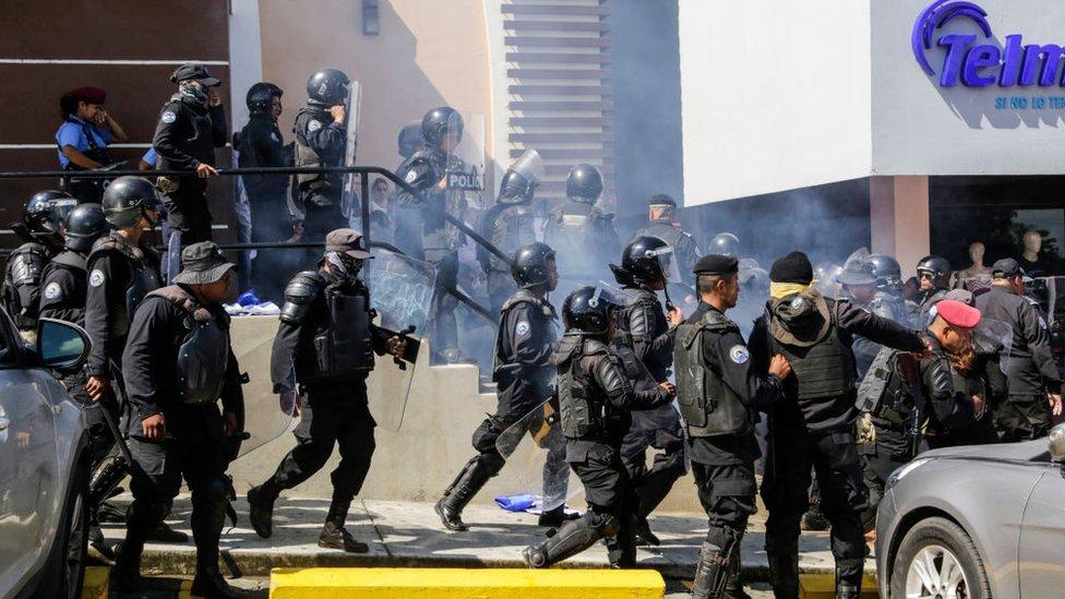 Policías durante una protesta en Managua, Nicaragua.