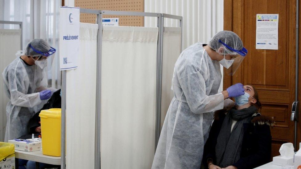 Le président Macron a déclaré que le virus s'était maintenant propagé dans toutes les régions de la France