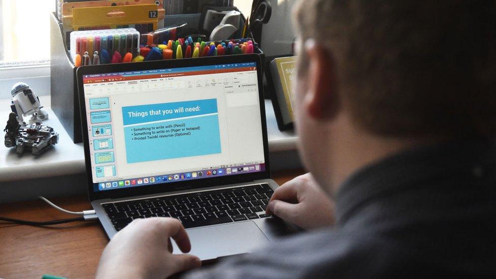 Hombre trabajando junto a su ordenador.