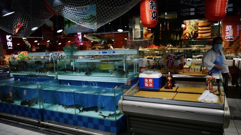 中國各地許多商店已經停止售賣三文魚。
