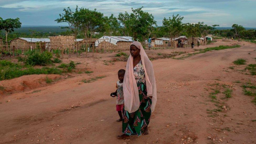 Una mujer y su hijo caminan en la comunidad de Ntocota, Distrito de Metuge en Pemba, Provincia de Cabo Delgado el 22 de febrero de 2021