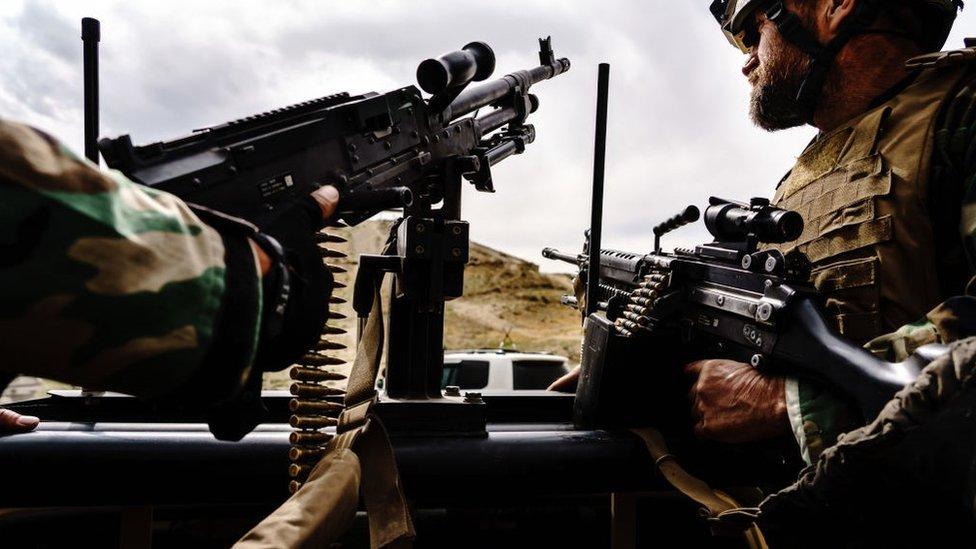 جنود يقفون في مهمة حراسة أثناء زيارة هيئة الأركان العامة للقوات المسلحة لمعسكر كوماندوز بأفغانستان