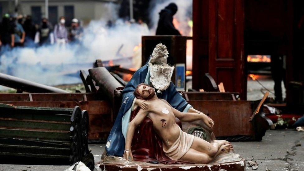 Muebles y figuras religiosas dañadas en las calles de Santiago
