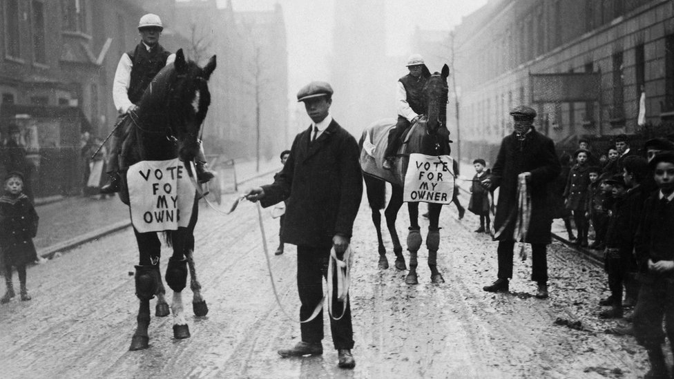 Siyasetçi Horatio Bottomley, 1910'da atların üzerine