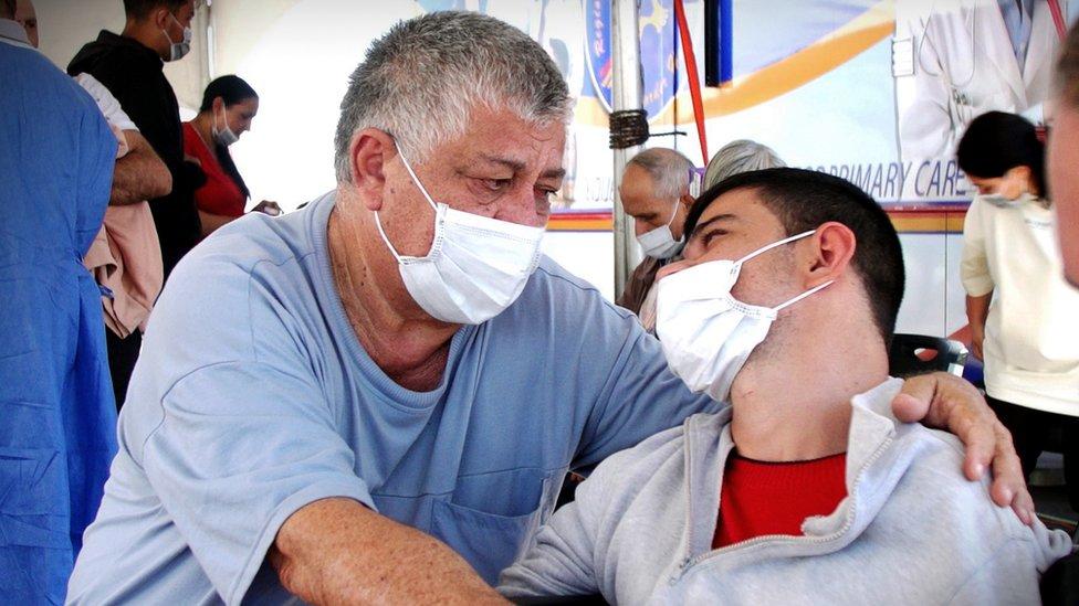 El venezolano Richell Belloso junto a su hijo