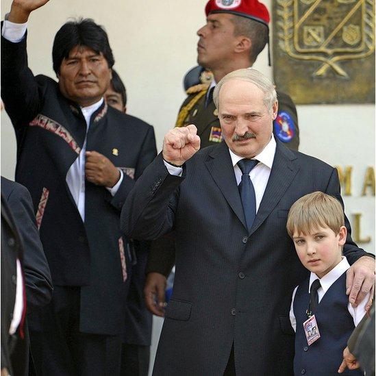 Lukashenko y su hijo en el funeral de Hugo Chávez
