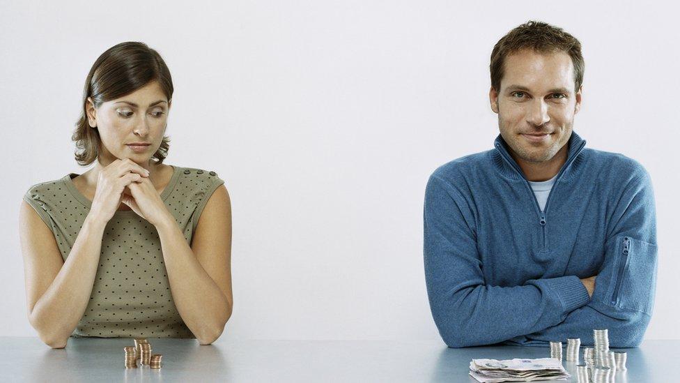 Mujer observa cuán distinto es el salario del hombre sentado a su lado