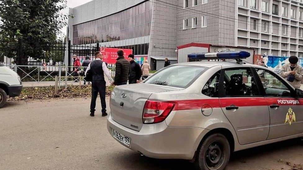 Un vehículo de la Guardia Nacional de Rusia se ve frente a la Universidad Estatal de Perm, el escenario de un tiroteo, 20 de septiembre 2021