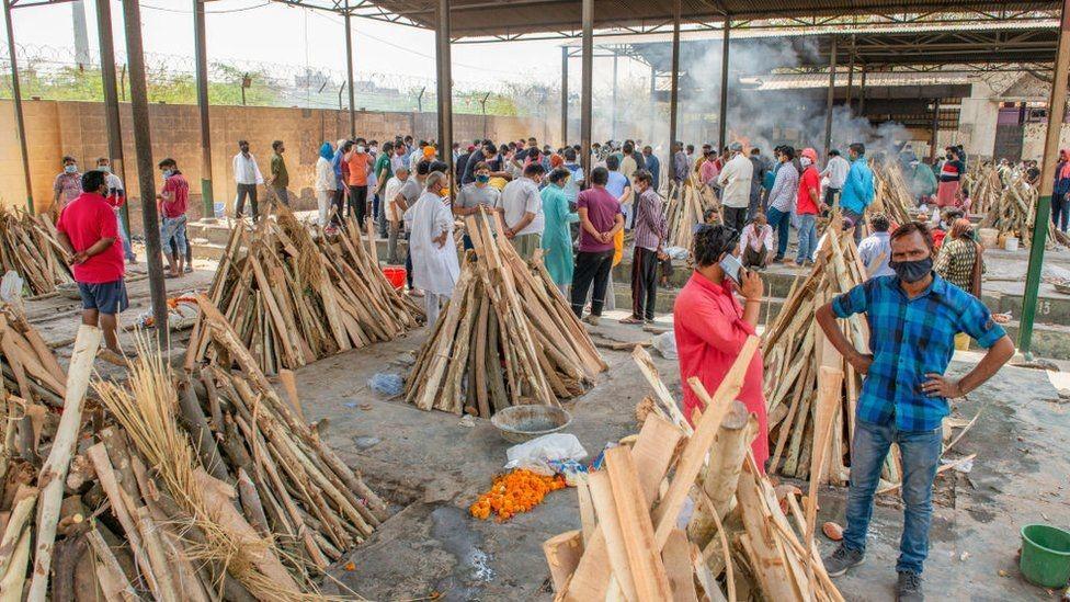 في بعض المدن الهندية يشكو الناس من عدم وجود أماكن لحرق الجثث.