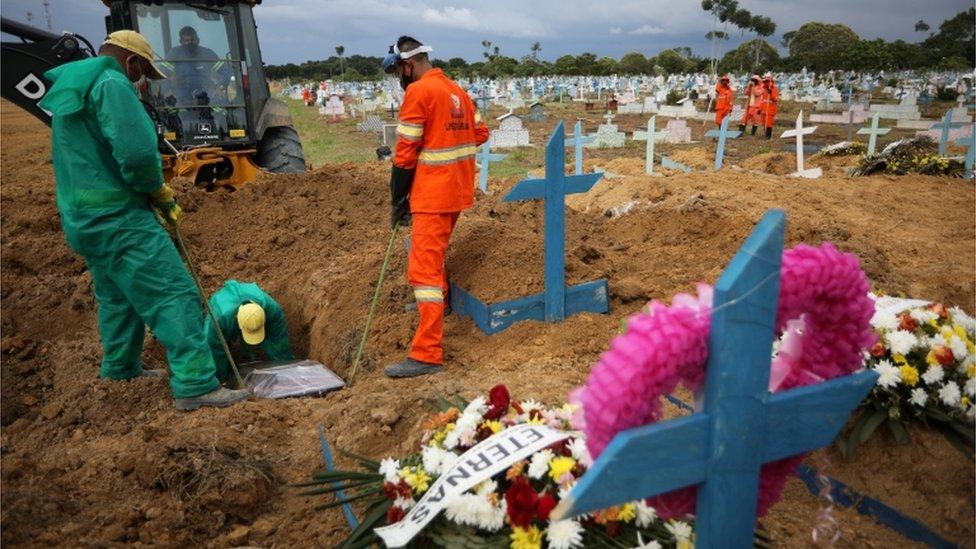 Manaus voltou a ter dezenas de enterros por causa da covid