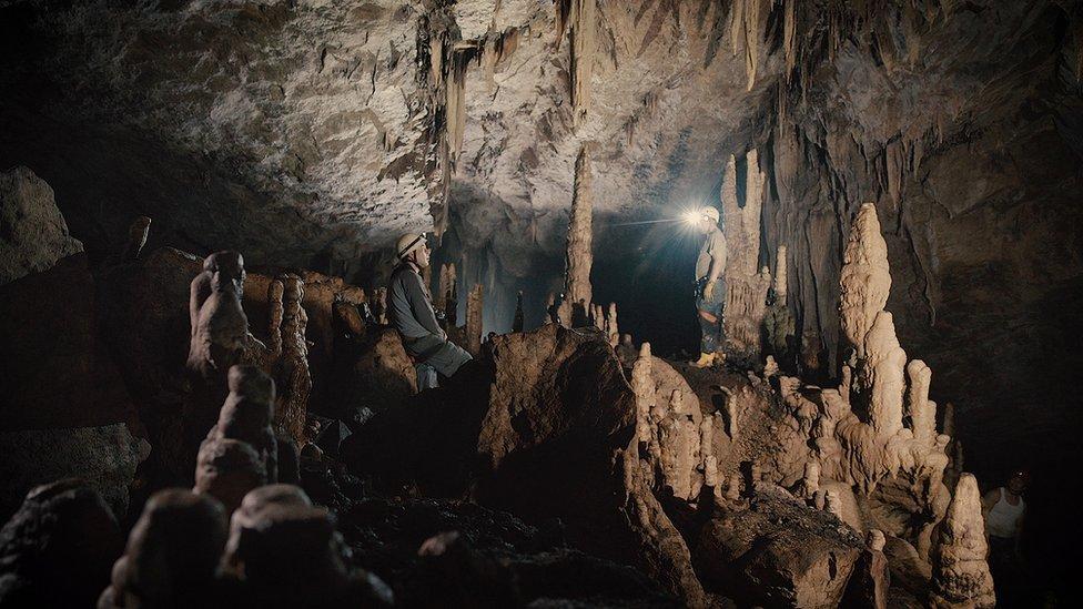 https://c.files.bbci.co.uk/15D7C/production/_98886498_09tayos_stalagmites.jpg