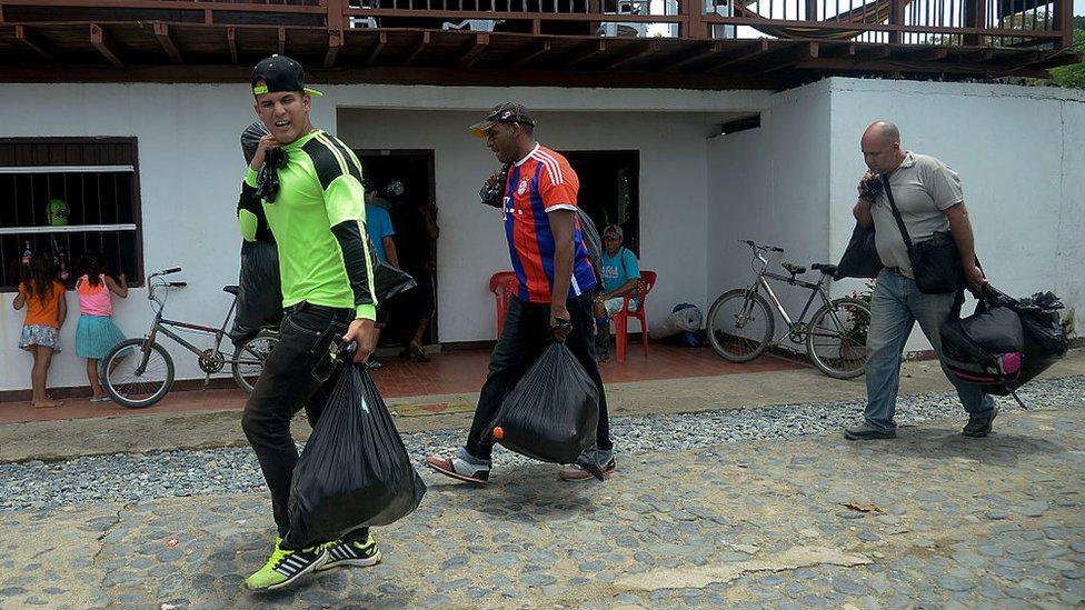 Migrantes con pertenencias.