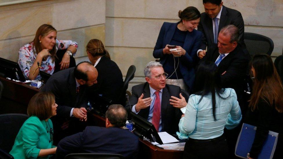 Ex-presidente Uribe com aliados