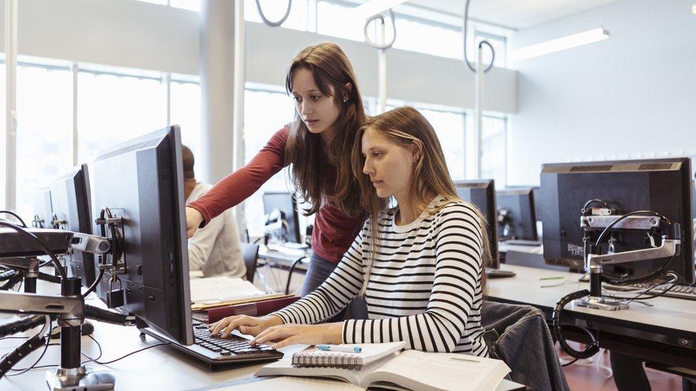 Jóvenes frente a una computadora