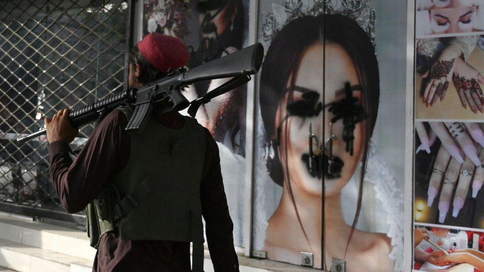 Imágenes de mujeres maquilladas han sido pintadas en Kabul los últimos días.