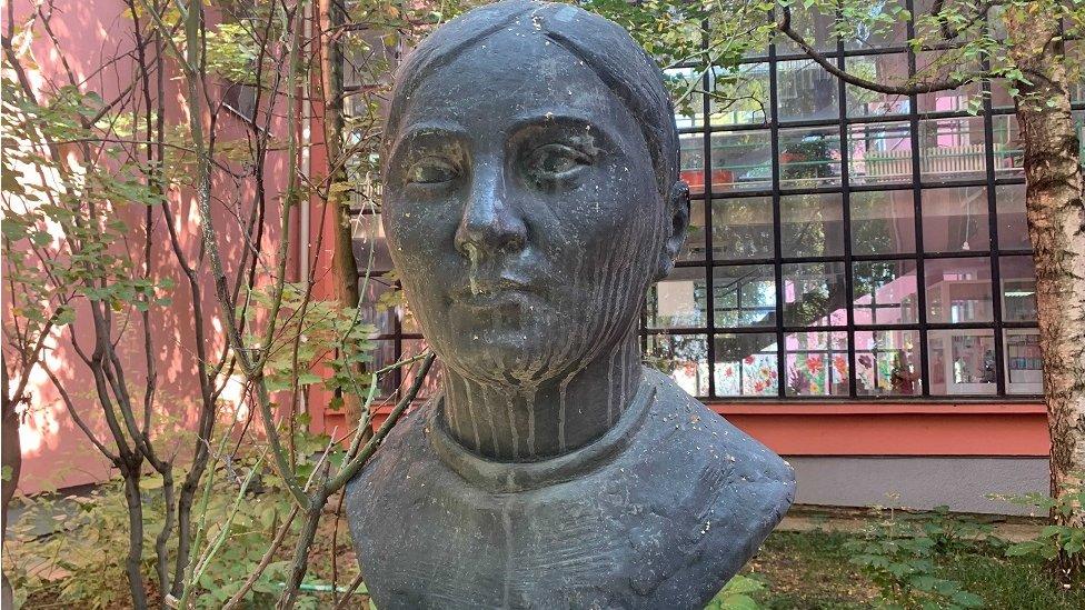 Spomen bista Mariji Bursać u beogradskoj osnovnoj školi koja nosi njeno ime