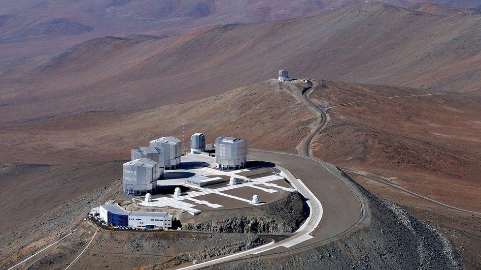 Ilustración del Telescopio Muy Grande o Very Large Telescope, VLT, en el desierto de Atacama en Chile