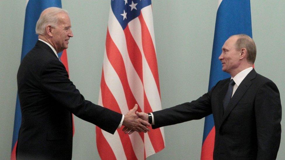 Putin se da la mano con el vicepresidente estadounidense Biden durante su reunión en Moscú, en marzo de 2011.