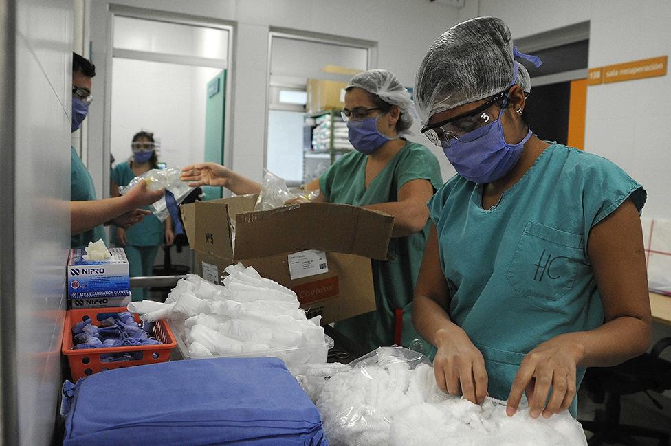 Trabajadores de la salud con suministros médicos en el Hospital Central de Mendoza