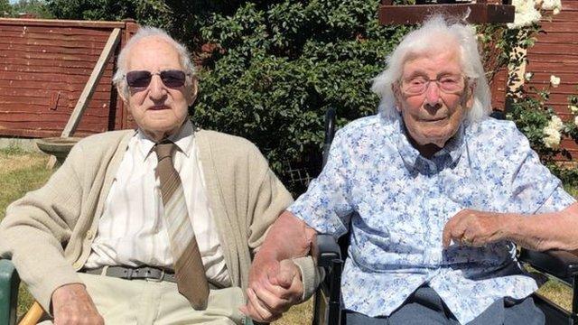 牽手是兩人保持幸福持久婚姻的秘訣之一。