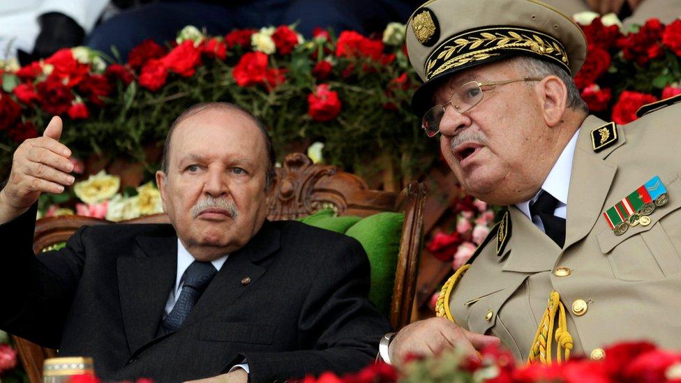 أحمد قايد صالح (يمين) وعبدالعزيز بوتفليقة (يسار)
