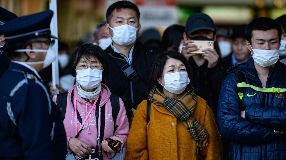 Personas usando mascarillas en una calle de Tokio.