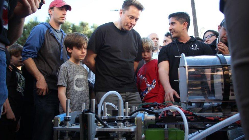 Elon Musk participa en un evento escolar organizado por su compañía fabricante de cohetes, SpaceX
