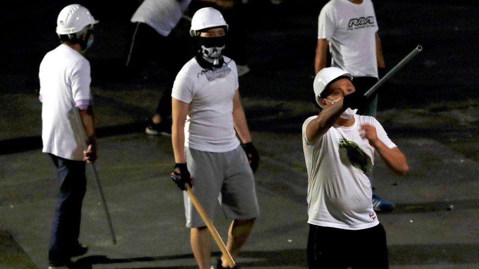 香港新界元朗南邊圍村外懷疑有份衝進港鐵元朗站毆打乘客與「反送中」示威者的白衣人(22/7/2019)