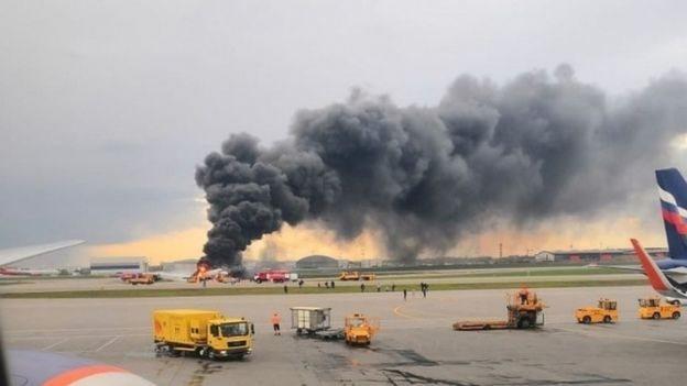 لم يتضح بعد سبب الحريق الكبير والهبوط الطارئ.
