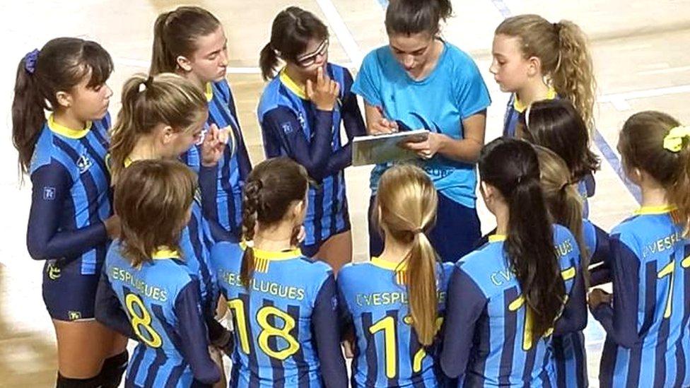 The Esplugues volleyball team talk tactics