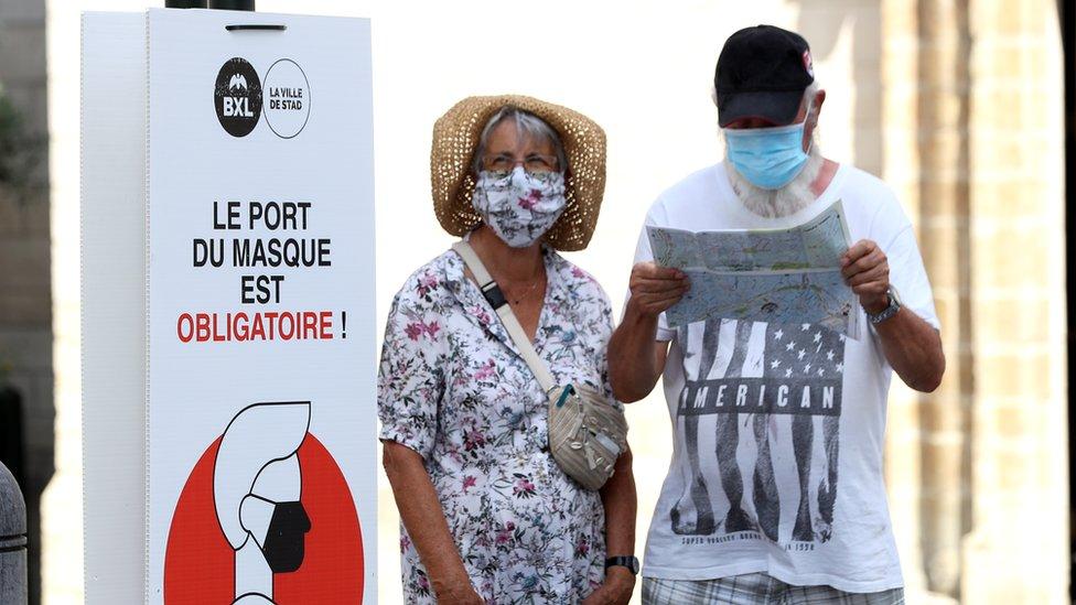 Коронавирус в мире: Китай приоткрывает границы, Европа надевает маски, Британия беднеет