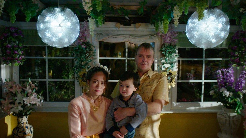 Kae, una de las dos sobrinas de Sommai, su esposo danés y su hijo.