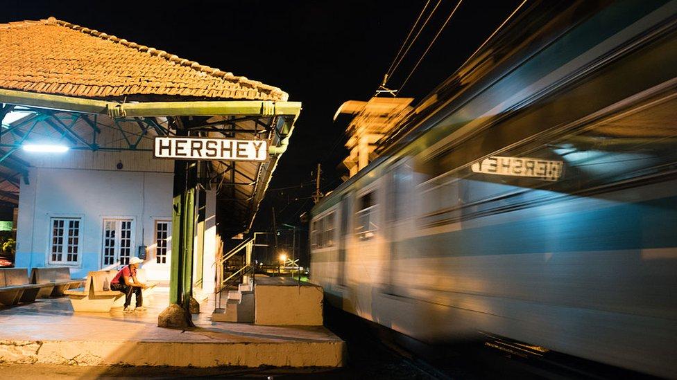 Un hombre ve el tren pasar en Hershey, Cuba.