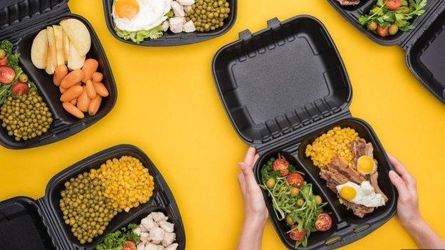 許多微波爐食品都使用塑料包裝,要十分小心。
