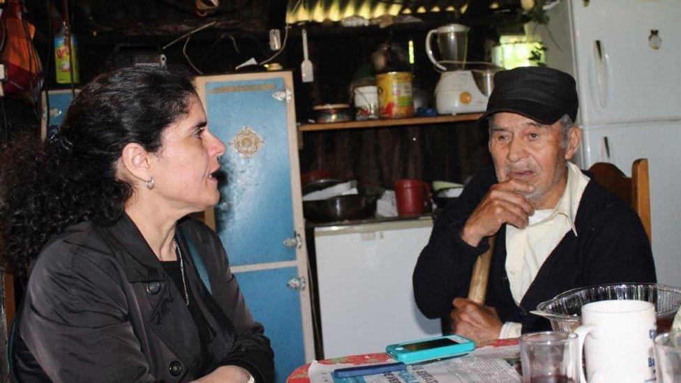 La investigadora Paula Miranda con Nicasio López, esposo de Juana Lepitaf, una de la cantoras entrevistadas por Violeta Parra